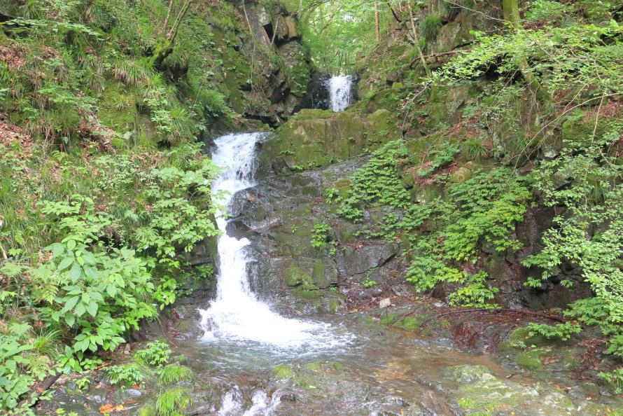 滝は2段に分かれており落差は10m。お釈迦様が滝に打たれているように見えるという人も。