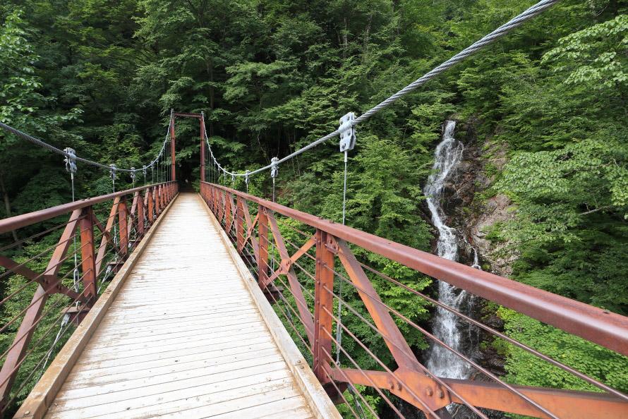 吊橋から見た三頭大滝。