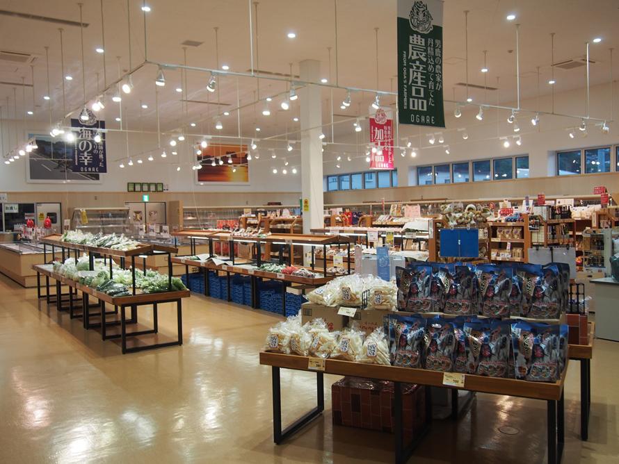 男鹿の海で獲れた新鮮な魚介類や朝採りした旬の野菜、地産の加工品や工芸品などが並ぶ「物産館」。男鹿の味や文化がどんなものか、隅から隅までチェックしよう。