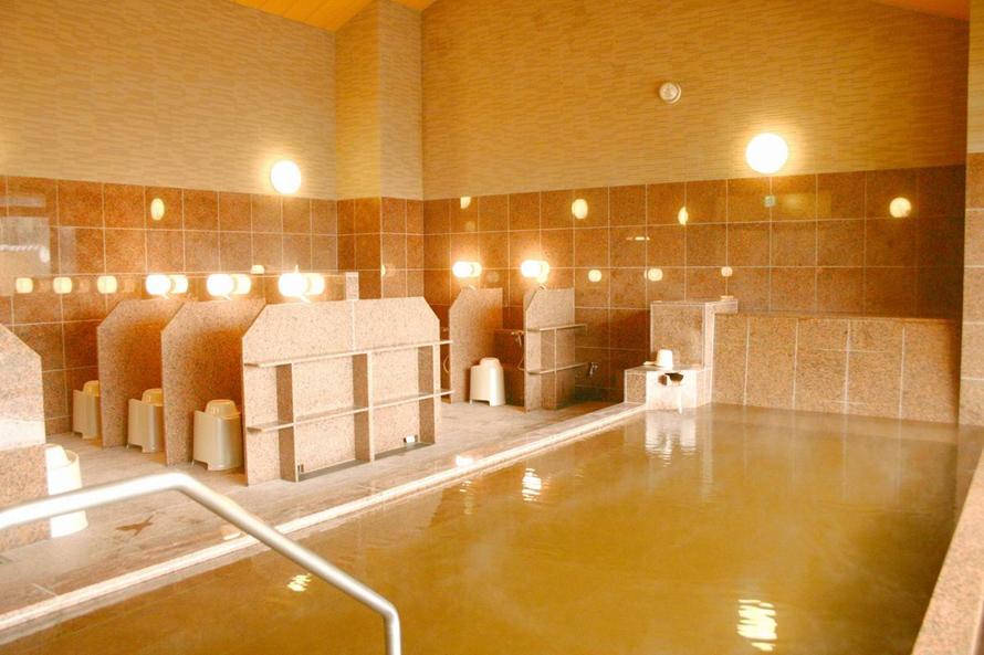 「吾妻峡温泉 天狗の湯」は、男湯、女湯それぞれに内湯・露天風呂・寝湯がある。お風呂は源泉掛け流しで、体の芯から温まる泉質が魅力だ。
