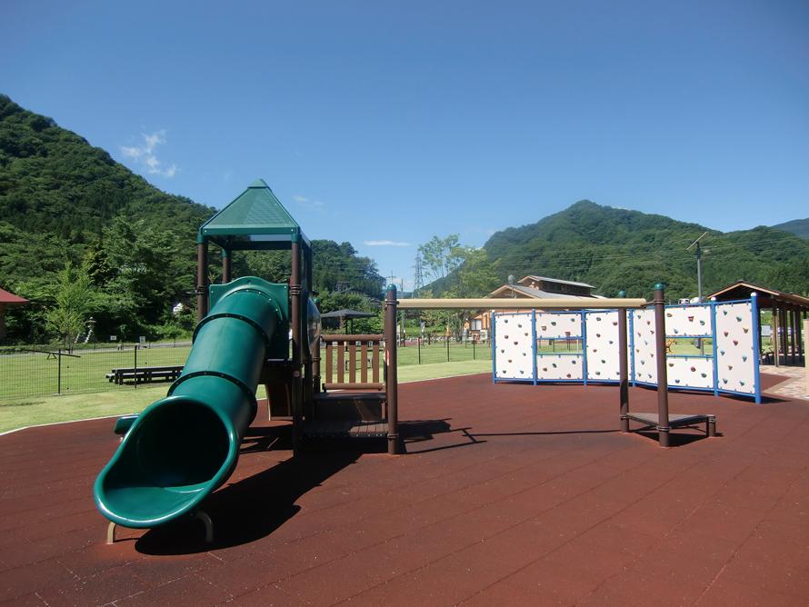 敷地内には、健康増進やバランス感覚を養うための仕掛けがいっぱい。健康遊具や幼児遊具、冒険遊具などの遊具があちこちに設置されているほか、ウォーキングコースや遊歩道も整備されている。