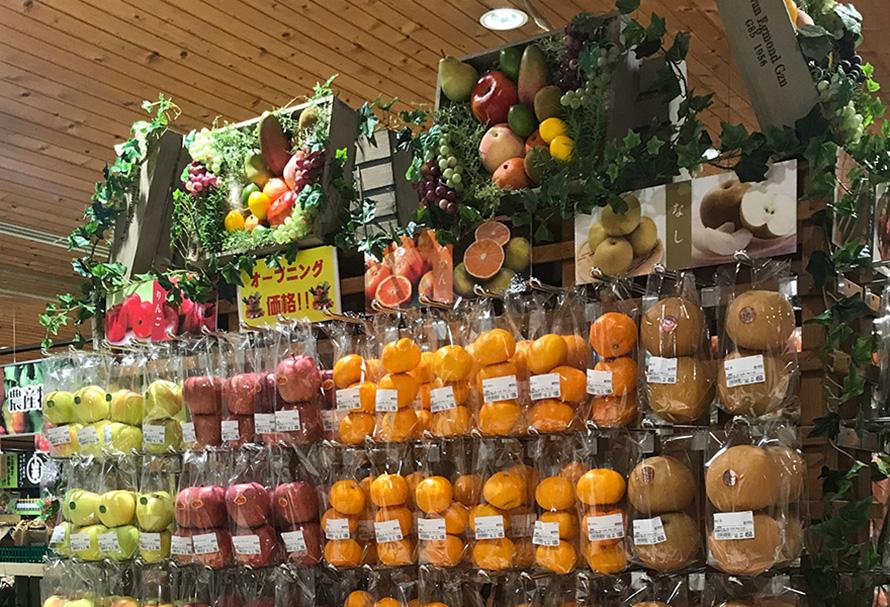 「伊豆・村の駅 伊豆のへそ店」では、地元野菜や果物、シイタケ、ワサビ、サクラエビ、お茶などの静岡・伊豆の特産物を購入することができる。