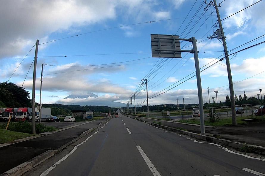 信号を左折するとすぐ前方に富士山が!