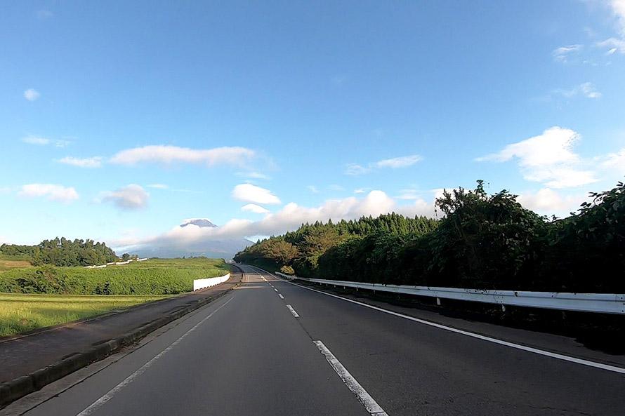 裾野市運動公園前交差点から3kmほど進んだところがベストビュースポット。道路の正面近くに富士山が見え、富士山に向かってまっすぐ走る感覚が楽しい。