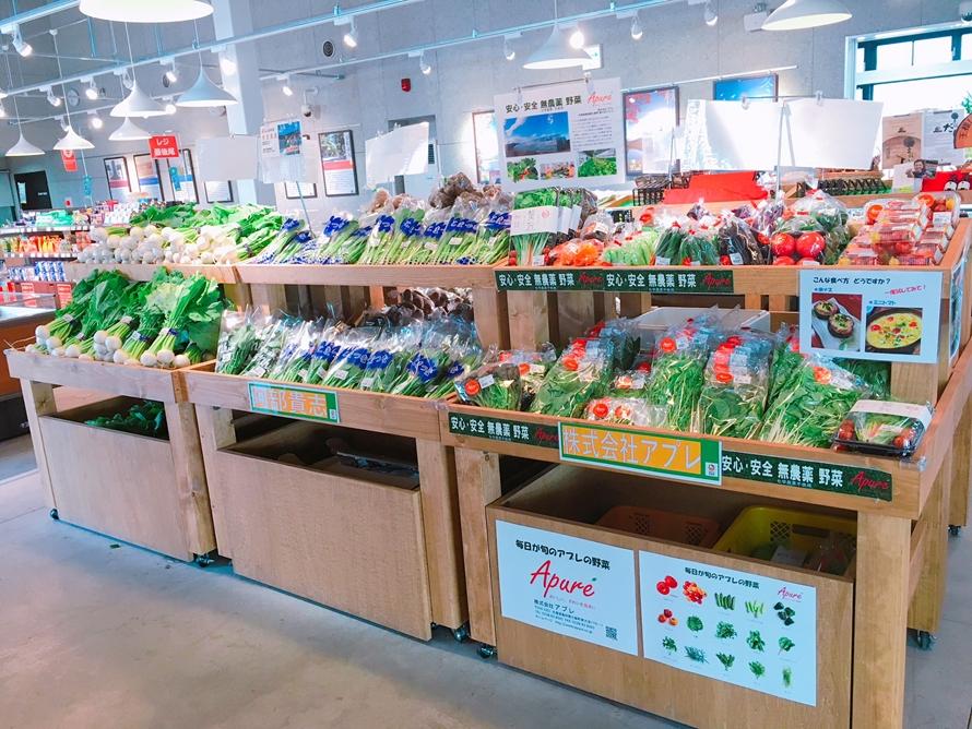 「土産・特産品・農産品直売所」は、七飯町の特産「王様しいたけ」や男爵イモ、多彩なリンゴなどの地元野菜やくだものが充実。リンゴを使ったシードル、お菓子などのお土産品もチェックしよう。