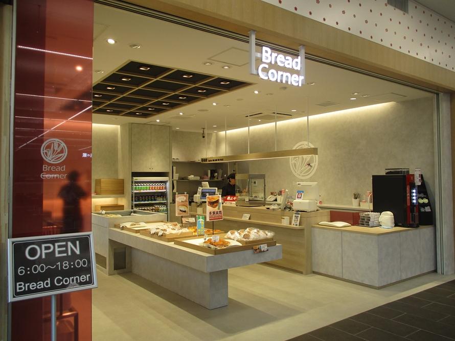 リニューアルにより、フードコートの一角にベーカリー「Bread Corner」が登場。イチオシは「千葉味噌コロッケバーガー」や「酒々井あんぱん」。営業時間6~18時。
