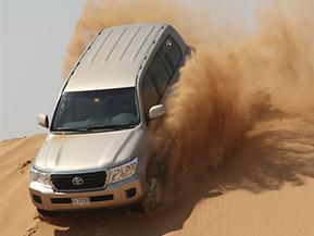 ドバイの砂漠をランドクルーザーで駆ける!デザートサファリ