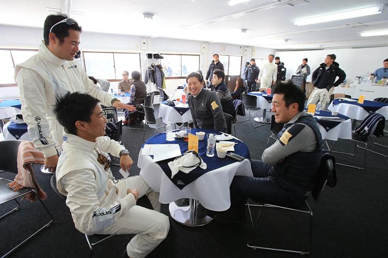 GT300で今年はライバルでもある番場氏と井口氏。走りのレクチャーだけでなく、今シーズンのGT300の話題も
