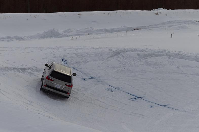 スノーボードクロスのコースのような大きな20°バンクでは、最初は下段を走るが、どこまで上段を走れるかトライ。多くの参加者が最後には一番上の5のラインまで届いた