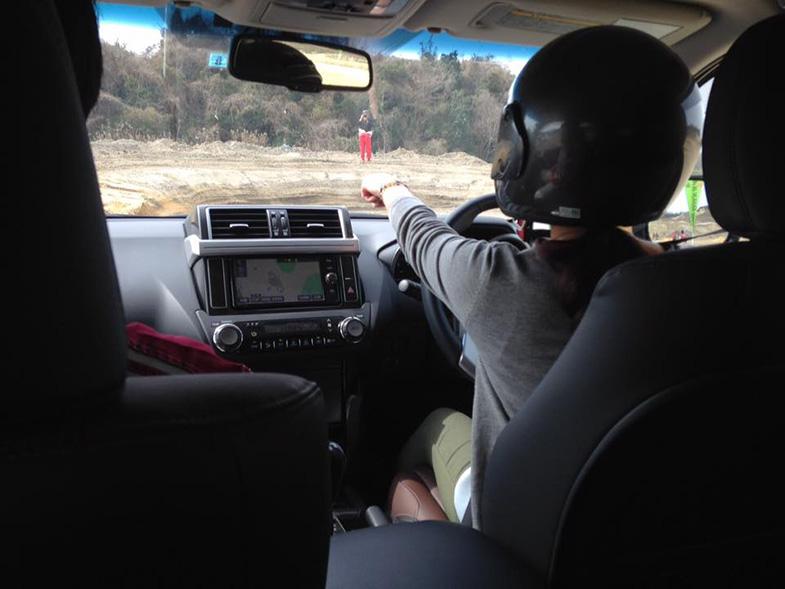 「あんなところを走れるんですか?」参加者も思わず指をさしてしまうルートも、京都トヨタ社員が助手席から丁寧に走り方を説明していく