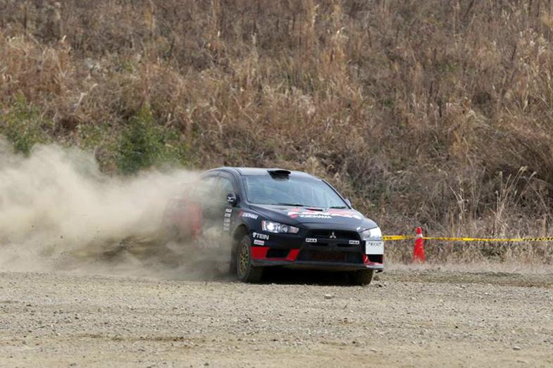奴田原選手のトレードマークであるADVANカラーのランサー・エボリューションX