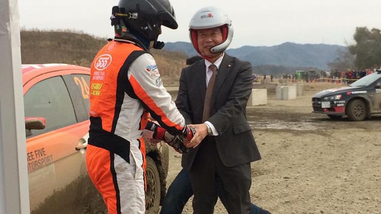 城陽市の奥田市長も同乗し、その走りを体験。思わず笑顔に