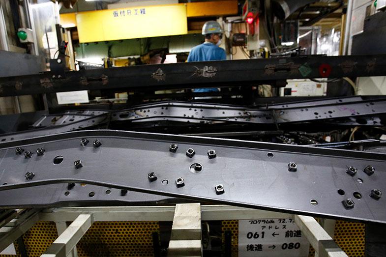 フレームにボルトで接合するとき、ボルトを緩めることがほぼない箇所は、たいていのメーカーはタッピングビスで留める。しかしトヨタはナットをひとつひとつフレームに溶接し、ボルトとフレーム側が接合する面積を増やす。見えない部分までひとつひとつ丁寧な仕事をすることが、ランドクルーザーなどの信頼につながっている