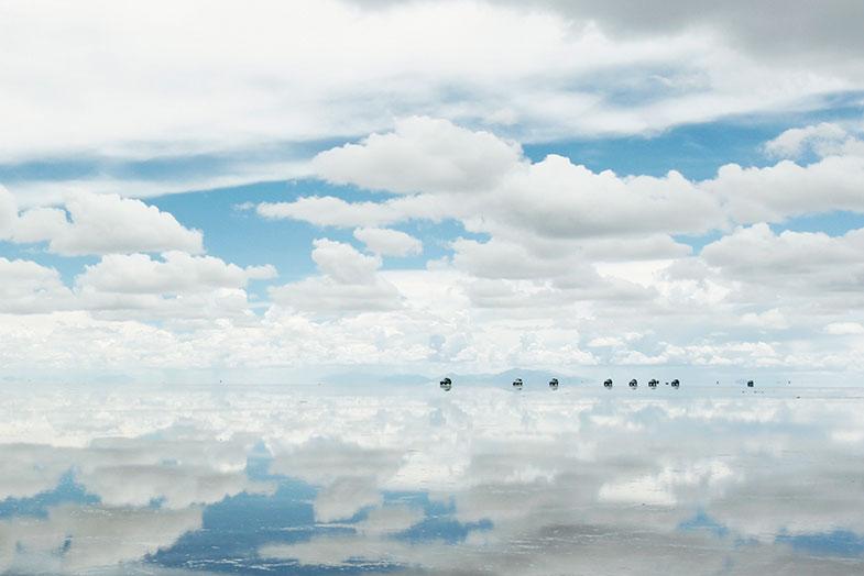 2017年1月に行ったボリビア・ウユニ塩湖。遠くに見えるのが観光ツアーで走るランドクルーザー80のキャラバン