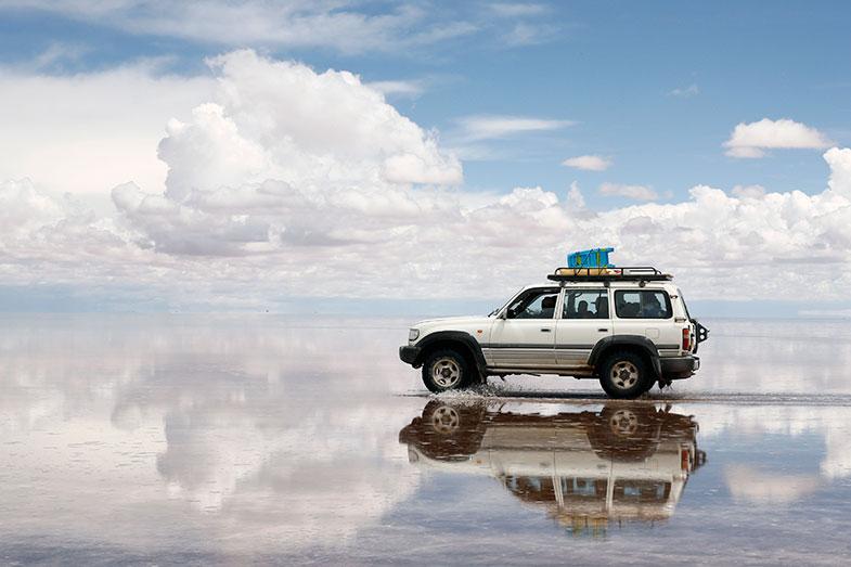 干上がって塩が固まったところに雨が流れ込み、とても塩分濃度の高い湖が出現する。クルマにとって走るにはとても過酷な環境だ