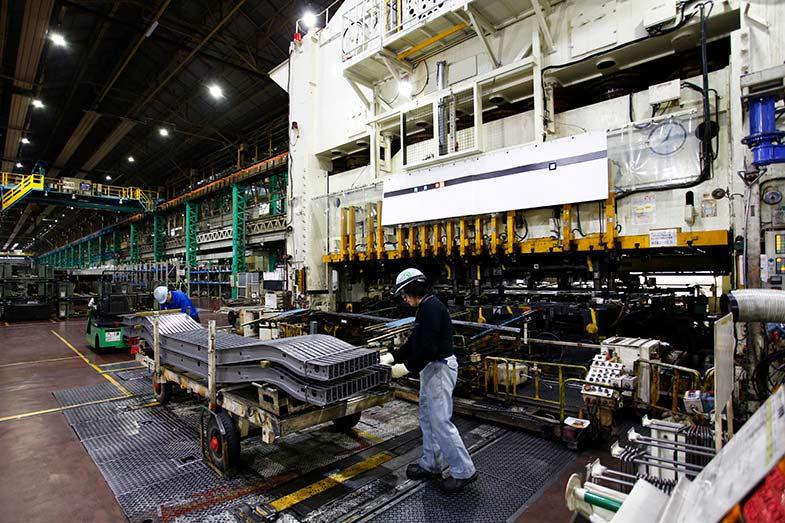 鋼板を大きな機械でプレスする。メインフレームはこうして1本で5mあるタイプや分割式のタイプなどがある