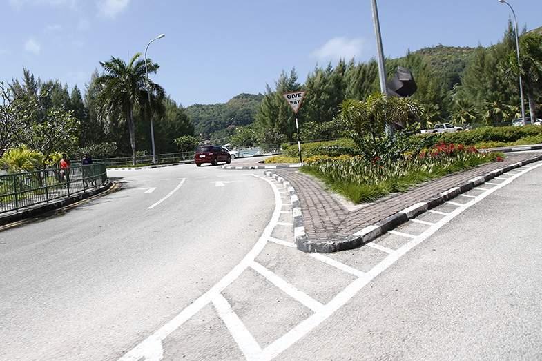 左側通行でヨーロッパと同様にランナバウトもある。マヘ島では2車線道路もある