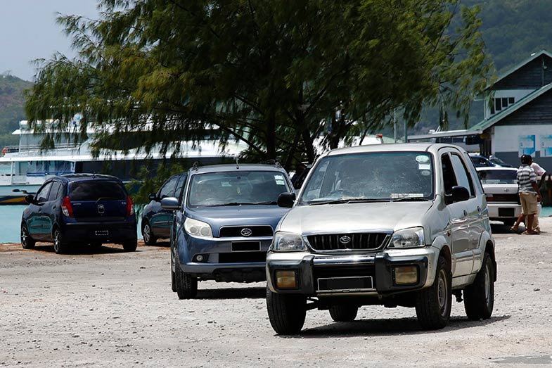 ダイハツ・テリオス。後ろは日本では車名はビーゴになったが、海外ではそのままテリオスのまま