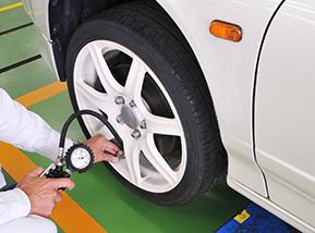 タイヤの空気圧は見た目で分からない? 空気圧のチェック方法