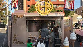 移動販売車な人たち-ピンクでアメリカンなソフトクリーム店「ラッキーボックス」