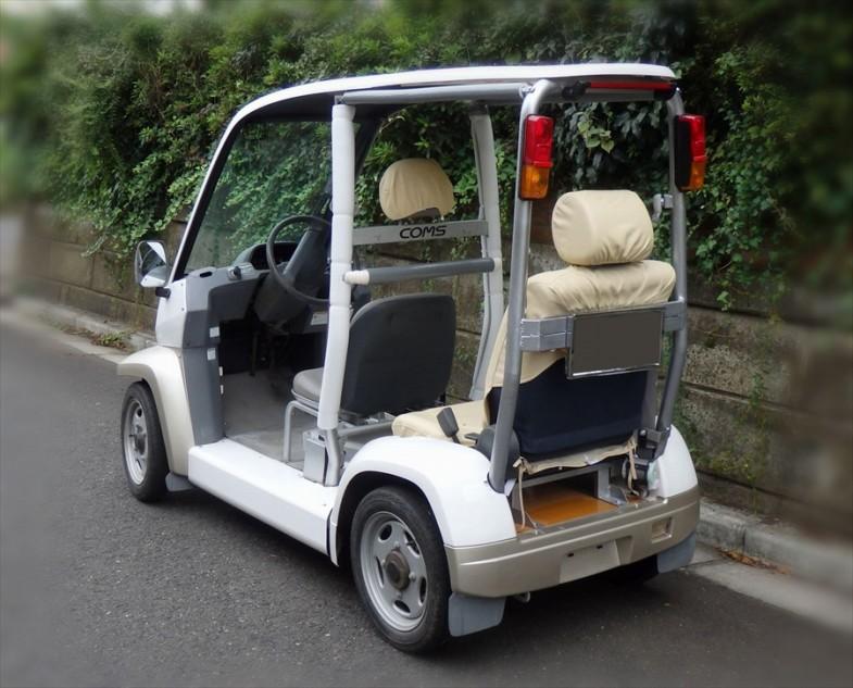 「ケアコムス」 は後部にフックを付けると折りたたんだ車いすをひっかけて運べる