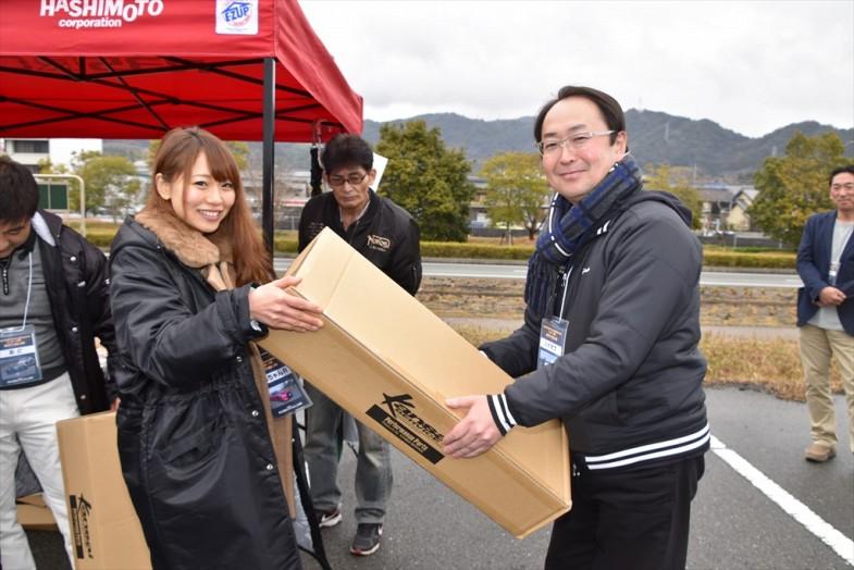 Kansaiサービスのカーボン製ドレスアップパーツ「カーボンフロントグリル」をゲットしたイベント参加者。3万円相当の賞品!