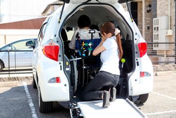 車いすをしっかりと固定させるのが、お客様を乗せて安全に走行するためのポイント。