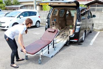 もう一台の車両は大型ミニバン「ヴェルファイア」。こちらは、ストレッチャーのまま乗り降りでき、スロープが全自動なので、女性でも操作は楽にできるそう。