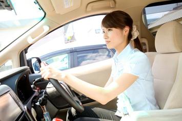広々とした車両で運転席も快適。車いす2台と付き添いの方2名がゆったり乗車できる。