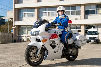 制服に着替えパトロールへ!白バイの車体は250kg~300kg。重い車体を動かす技術と体力が求められます。