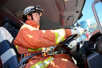 消防車に乗り込み、急いで現場へ!緊急走行だが、事故が起こらないように隊員みんなで安全確認を怠らない。