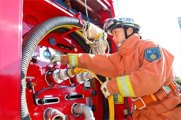 消防車のベースは日野製が多く、タンク車、はしご車、水槽車など各種類によって、様々な装備が施されている。