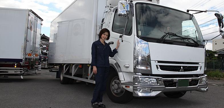 """大阪府茨木市にある""""株式会社 輝宝""""が徳久さんの職場。三菱ふそう・ファイターの4トン冷凍車が相棒です"""