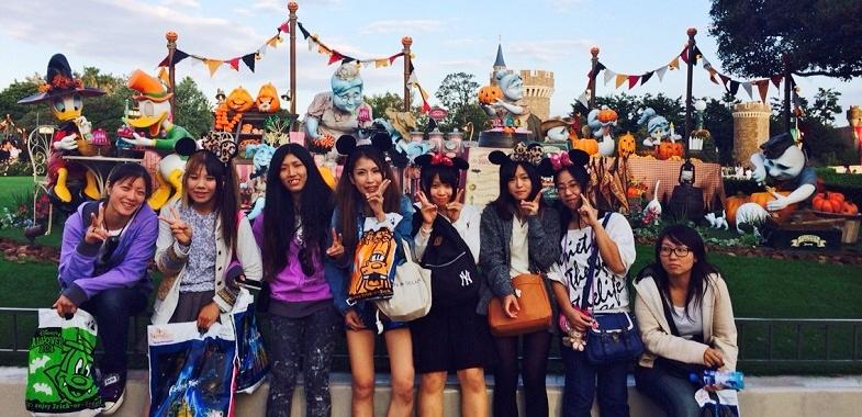 各支店の女子が集まった女子会の様子(左端が伊部さん)。一旦仕事から離れれば、笑顔が素敵な女子の顔に