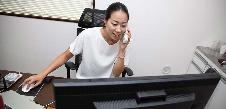 電話での問い合わせに対応する小林さん。デザインの打ち合わせでは通話が3~4時間になることもある