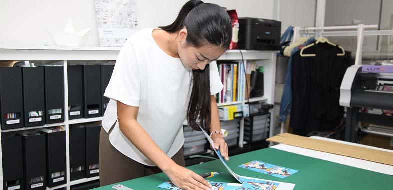 印刷機で印刷したグラフィックは手作業で切り出すこともある。一連の痛車づくりに欠かせない作業