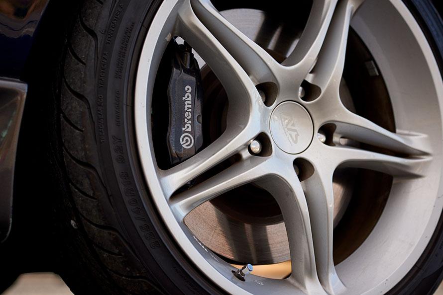 ノーマルのブレーキのままでは効きが良くないからと、キャリパーはブレンボ製に変更している