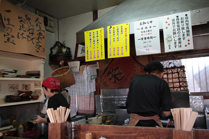 山田さんはスープと麺を担当、朝子さんは天ぷらと盛り付けを担当。手際良く、なおかつ丁寧に注文をこなす二人の呼吸は絶妙。撮影禁止のルールに則り、うどんの写真は割愛(笑)。ぜひ、お店まで食べに来てほしい。