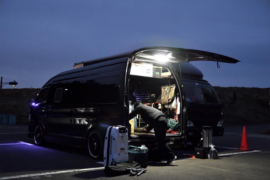 夜明け頃から機材下ろしが始まる。サーキットは朝が早い。