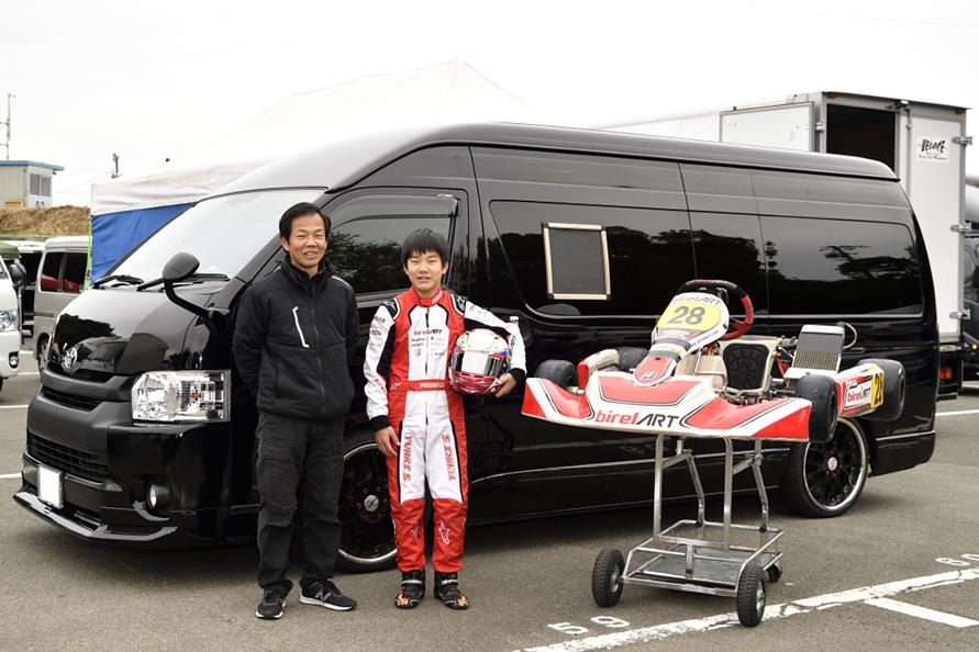 佐野博光・雄城くん親子 愛車のハイエースと今回使ったカート