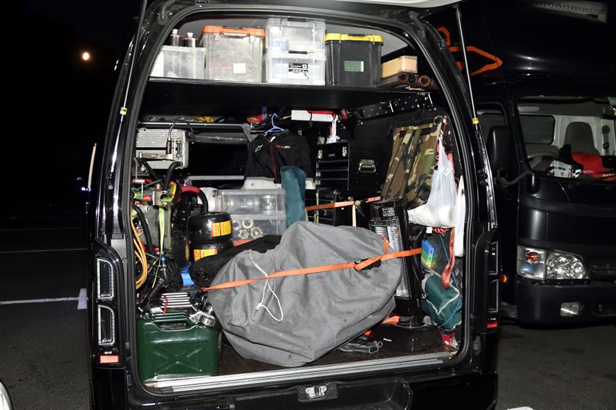 ハイエースには機材が満載。DIYの棚を設置して空きスペースにも荷物が載るようにしてある。