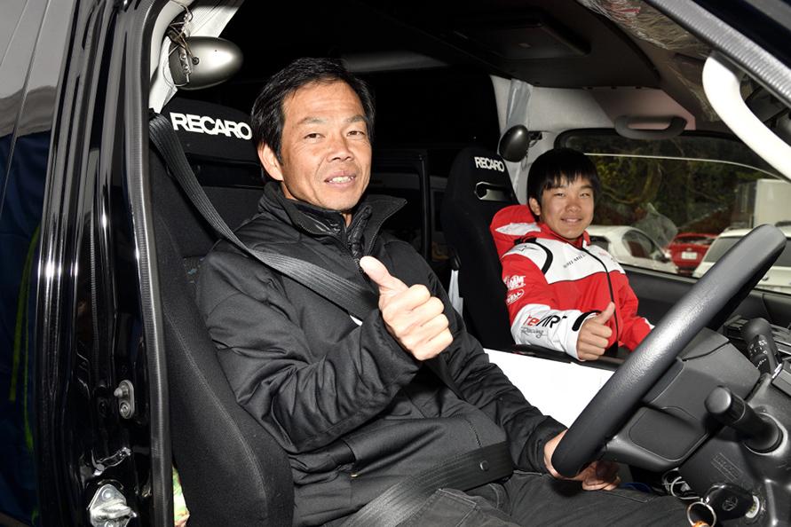 長距離運転でも疲労が貯まらないように、運転席助手席ともにレカロシートに交換されている。
