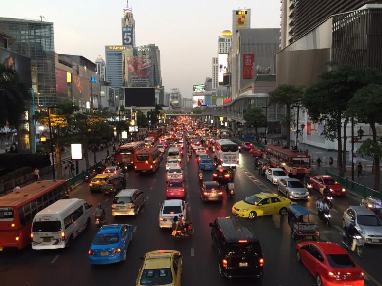 バンコク市内の渋滞の様子。多くの人たちが自家用車で通勤しているため、ラッシュアワー時は多くの道で渋滞しています
