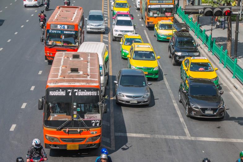 バンコクで暮らす人にとってバスやタクシーは人気のある交通手段です