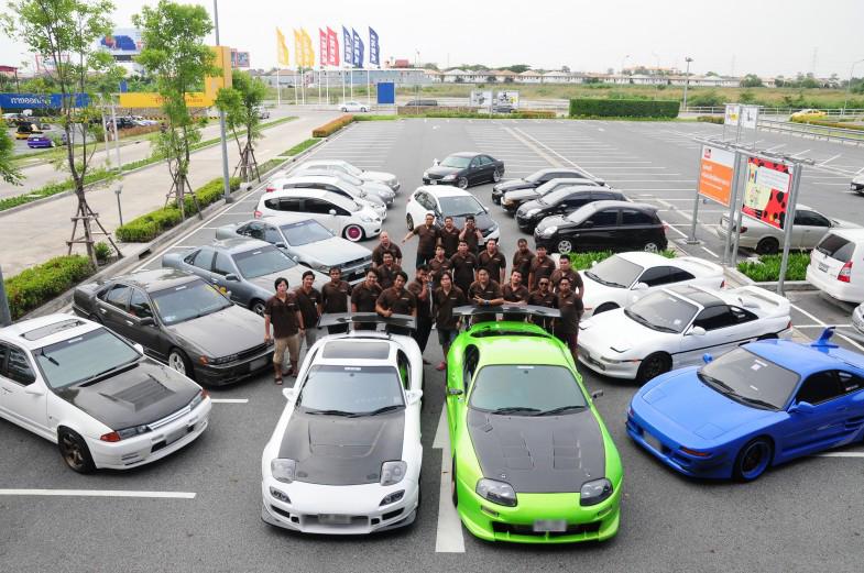ミーティングの様子。週末に広い駐車場でミーティングを行うのは万国共通のようです