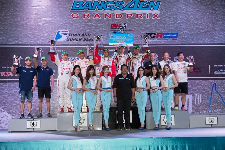 正式な表彰式は近くのホールで夜間に行われました。表彰台の中央に登るのは日本から参加したTOYOTA GAZOO Racingの蒲生尚弥選手と松井孝允選手で、2月24日に行われた耐久レースで優勝を飾りました。豪華なディナーもありとっても華やかな雰囲気