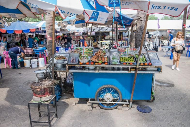 カニやエビ、イカなどの海鮮料理も充実。日本では見たことのない果物もあり、思わず足を止めてしまいます