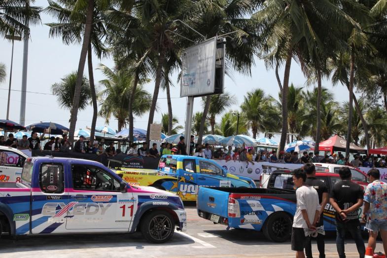 """タイの人々の""""ソウル・レース""""と言っても過言ではないピックアップトラックによるレース。マシンのカラーリングも目をひきます"""