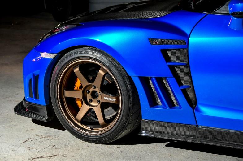 無数に開いたスリットがレーシングカーのような雰囲気を醸し出しています