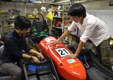 四ツ谷キャンパスの校舎地下にある研究室でSophia Racingの車両は整備の真っ最中でした
